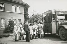 """Ferienlager in Hünxe Provinzialkirchliches Jugendpfarramt Theodor Voß """"Einsteigen in den Postautobus in Dinslaken"""" 18.08.1932 Bestand: Konsistorium, Signatur: 1OB002, Nr. 2189"""