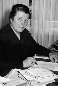 Luise Rehling am Schreibtisch (Quelle: Konrad Adeanuer Stiftung / Archiv für Christlich-Demokratische Politik (KAS/ACDP)