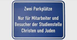 Parkplatzschild Studienstelle Christen und Juden