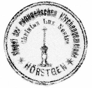 """Siegelumschrift """"1. Zeile: Siegel der Evangelischen Kirchengemeinde Hörstgen 2. Zeile Christus Lux Nostra"""" unleserlich; Symbol: eine Kerze mit Kerzenständer; außer Geltung gesetzt, ohne Datum"""