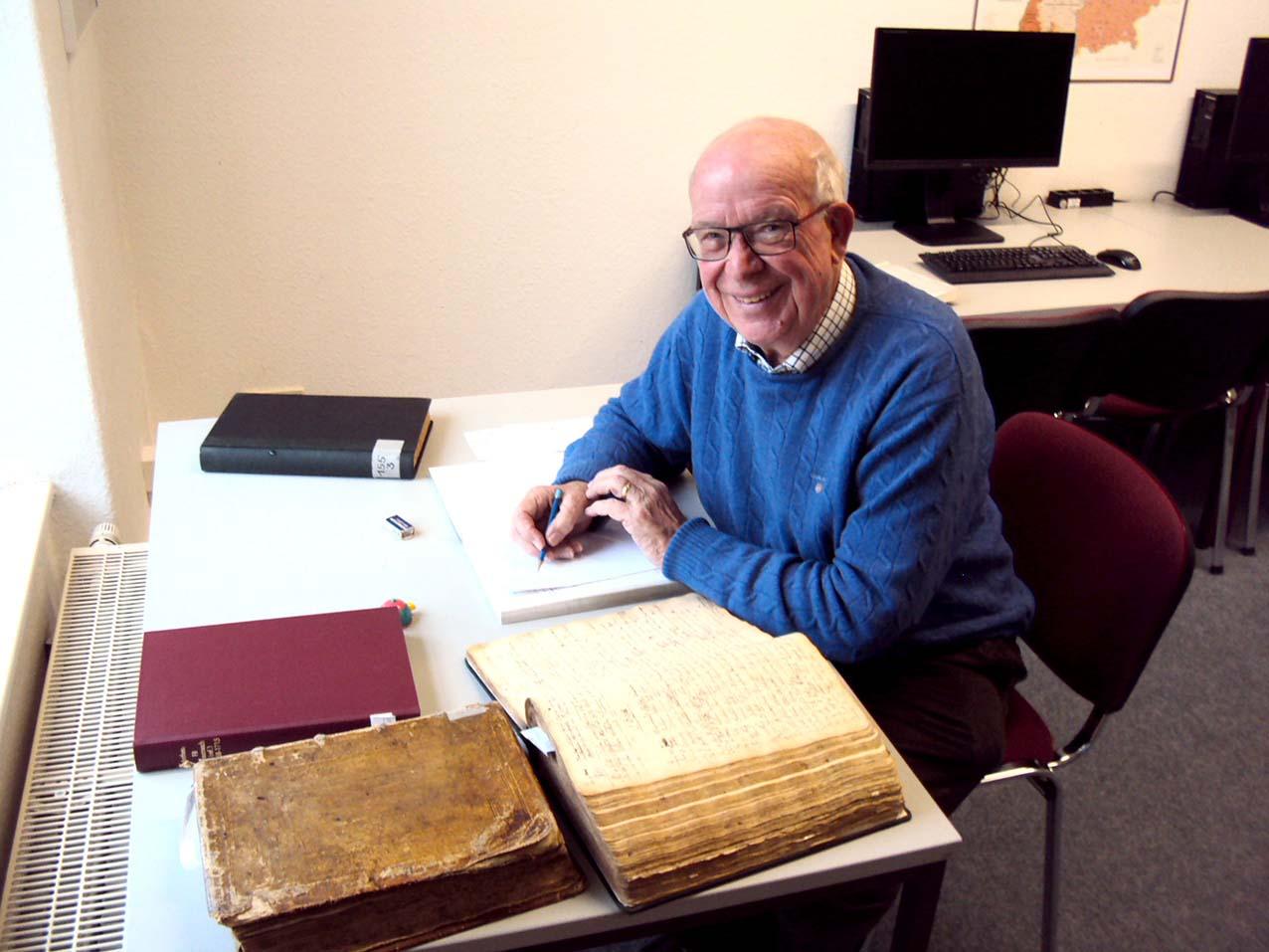 Dr. Michael Frauenberger bei der Kirchenbuchauswertung im Lesesaal der Evangelischen Archivstelle Boppard