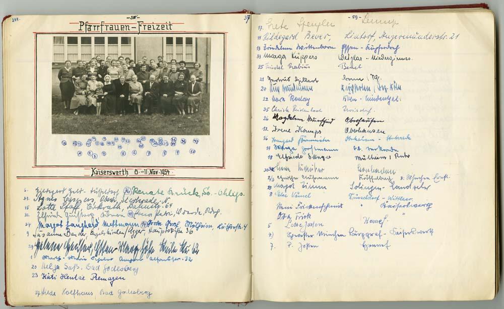 Auszug aus dem Gästebuch des Rheinischen Pfarrfrauendienstes, auf dem Foto in der Mitte Pfarrer Hans Josten, aus Bestand: AEKR Düsseldorf 5WV 016 (Rheinischer Pfarrfrauendienst), Nr. 29