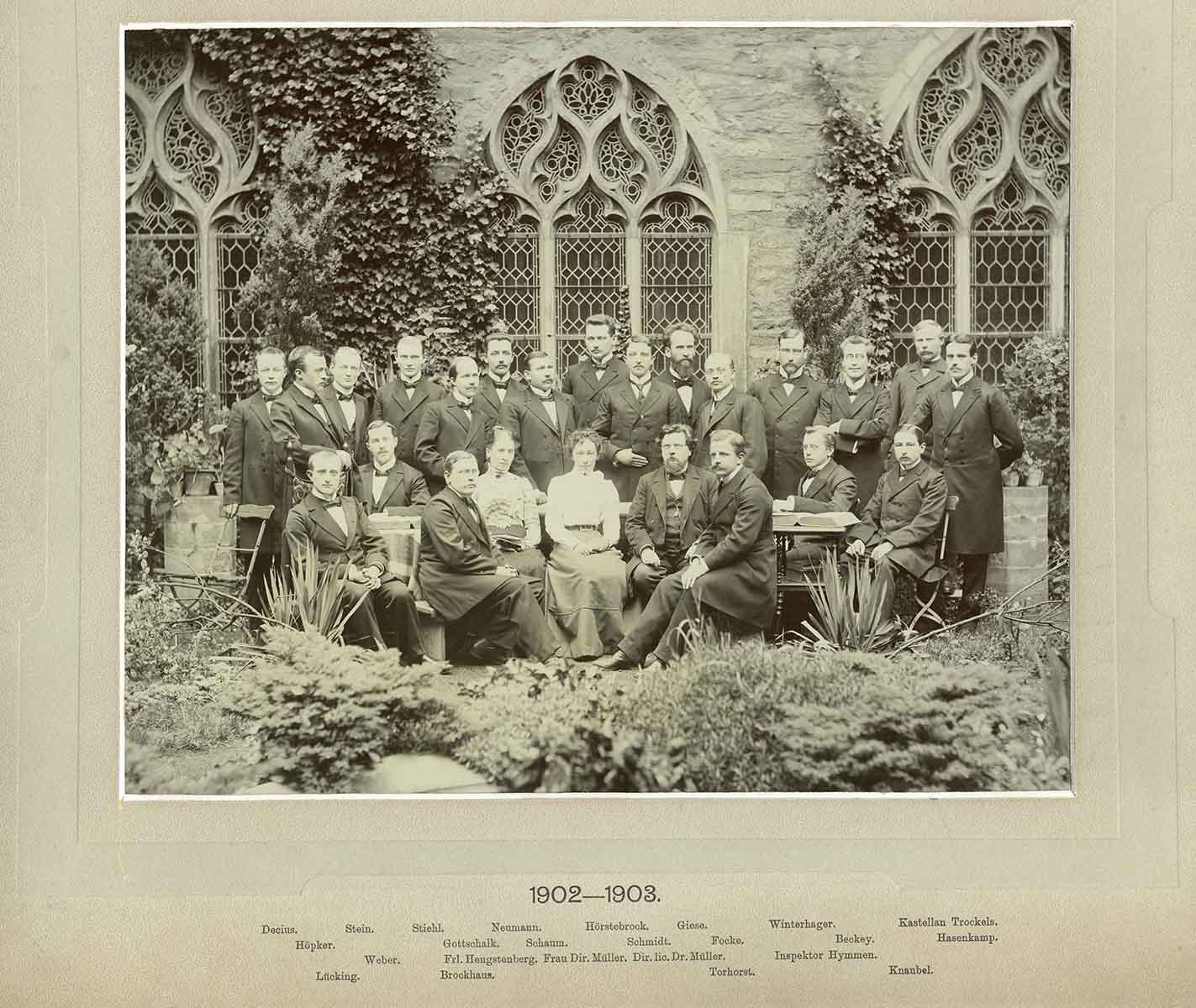 Gruppenaufnahme Predigerseminar Soest mit Beschriftung 1902-1903; aus Bestand: AEKR Düsseldorf 8SL 046 (Bildarchiv), 030_0002