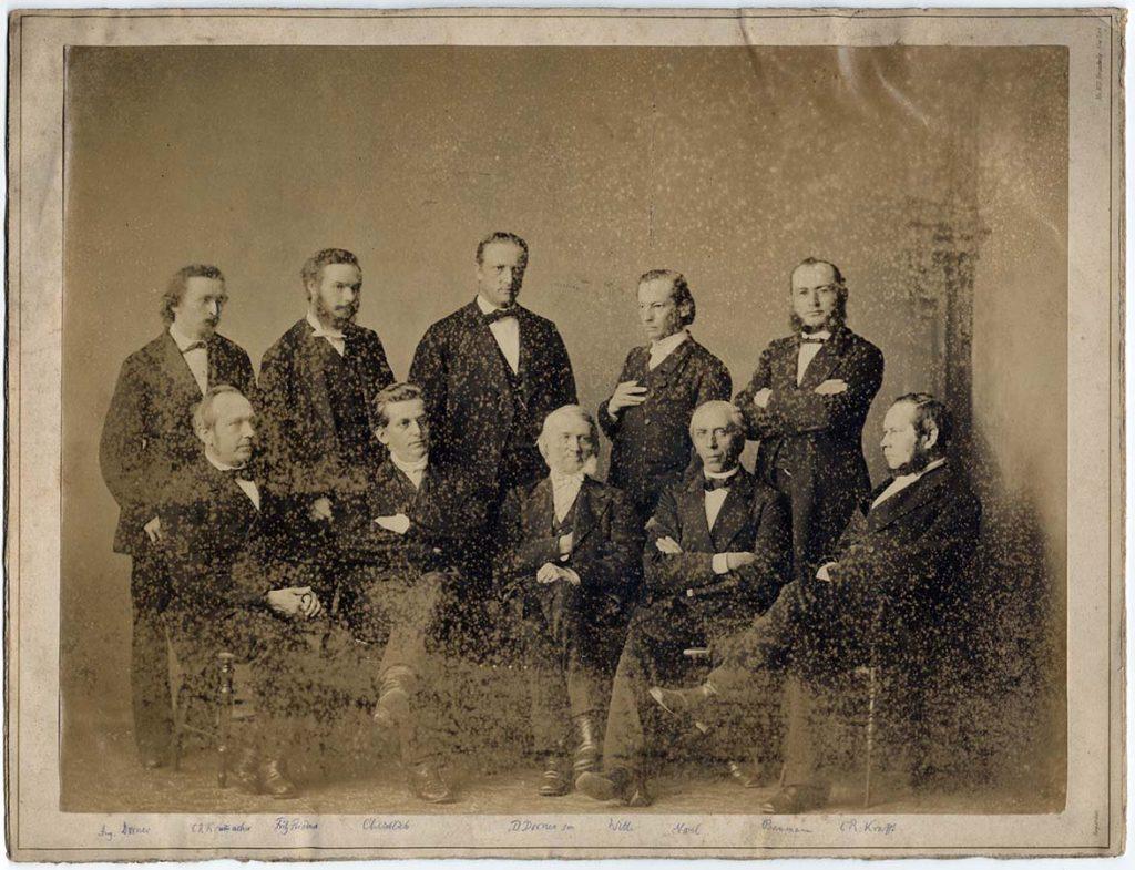 Unbekannte Gruppenaufnahme mit Beschriftung, u.a. Theologen D. Dorner senior und Aug. Dorner junior (ca. 1880), Fotosammlung; aus Bestand: AEKR Düsseldorf 8SL 046 (Bildarchiv), 030_0001