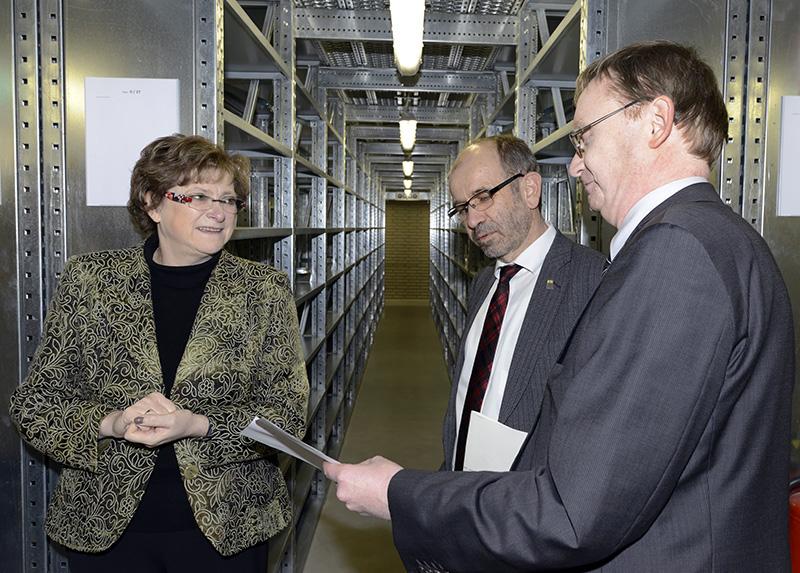 Pfarrerin Barbara Weyand, Präses Manfred Rekowski und Lk.-Archivdirektor Stefan Flesch im Magazin (v.l.n.r.)